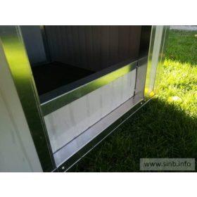 Schwelle in in der Tür der Hundehütte